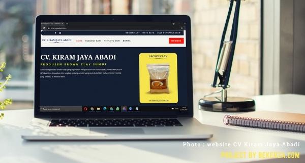 mockup laptop website perusahaan
